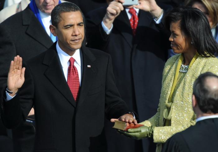 Barack Obama is sworn in as 44th US pres